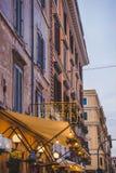 pizzeria italienne traditionnelle sur la rue de Rome photos stock