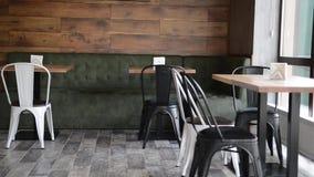 Pizzeria moderna interna con gesso grigio sulle pareti stock footage