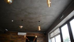 Pizzeria moderna interna con gesso grigio sulle pareti archivi video