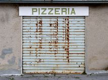 PIZZERIA più umida abbandonata a causa della crisi finanziaria Fotografie Stock Libere da Diritti