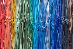 Pizzi di cuoio multicolori con un nodo fotografia stock libera da diritti