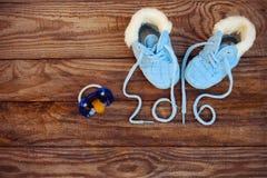 pizzi scritti 2016 anni delle scarpe e di una tettarella dei bambini Fotografia Stock Libera da Diritti
