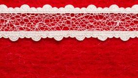 Pizzo bianco d'annata sopra fondo rosso Fotografia Stock Libera da Diritti