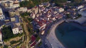 Pizzo Calabro,码头,城堡,卡拉布里亚,旅游业意大利鸟瞰图  Pizzo Calabro小镇的全景由海的 股票录像