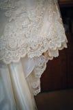 Pizzo del vestito da sposa Immagini Stock