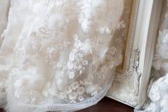 Pizzo di nozze e del vestito da sposa immagini stock libere da diritti