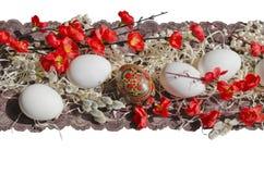 Pizzo e fiori dell'uovo di Pasqua Fotografie Stock Libere da Diritti