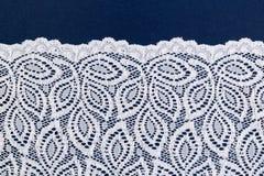 Pizzo openwork bianco su un blu scuro Fotografia Stock Libera da Diritti
