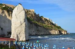 Pizzomunno -垂直的岩石巨型独石在维耶斯泰镇 免版税库存照片