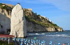 Pizzomunno - en vertikal stenig monolit i den Vieste staden Royaltyfri Foto