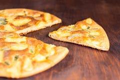 Pizzy żywienioniowy oatmeal z serem piec na drewnianym stole z rżniętym kawałkiem obraz stock