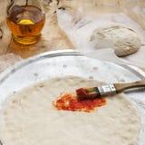 Pizzy ciasto i pomidorowa pasta Obrazy Stock