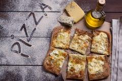 Pizzy cztery ser z oregano i oliwa z oliwek quattro fromaggi obraz stock