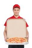 Pizzy dostawa. Rozochocony młody deliveryman trzyma pizzy pudełko w obrazy stock