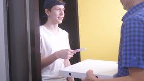 Pizzy dostawy pojęcie nastoletnia chłopiec dostarcza pudełko pizza zwolnione tempo stylu życia wideo fasta food pojęcia fast food zdjęcie wideo