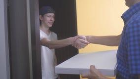 Pizzy dostawy pojęcie nastoletnia chłopiec dostarcza pudełko pizza zwolnionego tempa wideo szybkiego styl życia pojęcia karmowy f zdjęcie wideo