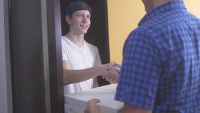 Pizzy dostawy pojęcie nastoletnia chłopiec dostarcza pudełkowatego styl życia pizza zwolnionego tempa wideo fasta food pojęcia fa zbiory