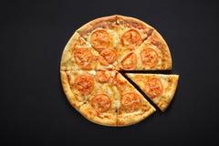 Pizzy margarita na czerń kamienia tle z pomidorami, Serowa mozzarella zdjęcie stock