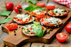 Pizzy oberżyna z pomidorami i basilem Obraz Royalty Free