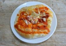 Pizzy polewy imitaci chlebowy krab na drewnianym kotlecika bloku Obrazy Stock