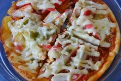 Pizzy polewy imitaci krab na plastikowej tacy Zdjęcie Royalty Free