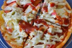 Pizzy polewy imitaci kraba opatrunkowy ketchup na plastikowej tacy Zdjęcia Stock