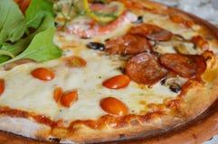 Pizzy polewy pomidor na glina talerzu i salami Obraz Royalty Free