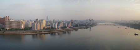 Pjöngjang-Panorama von Yanggakdo-Insel, DPRK Stockfotografie