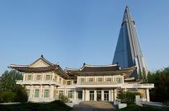 Pjöngjang-Stickerei-Institut und Ryugyong-Hotel, DPRK (Nordkorea) lizenzfreies stockfoto