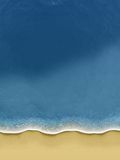 Pájaro-vista de las ondas que ruedan sobre la playa Fotos de archivo libres de regalías