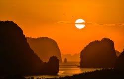 2 pájaros vuelan en salida del sol hermosa entre la montaña en Phang Nga Imagen de archivo