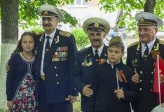 PJATIGORSK, RUSSIA - 9 MAGGIO 2017: I bambini sono fotografati con i marinai dei veterani in medaglie fotografia stock