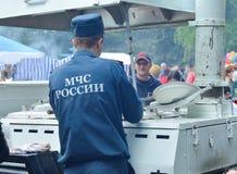 PJATIGORSK, RUSSIA - 9 MAGGIO 2017: L'impiegato del Ministero delle situazioni di emergenza distribuisce il briciolo del bene mob fotografie stock