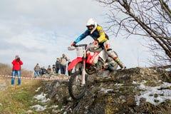 PJATIGORSK, RUSSIA - 26 NOVEMBRE 2017: Motociclo La corsa decisiva La tazza del nord di Caucaso sulla prova di moto Uno del Fotografie Stock Libere da Diritti