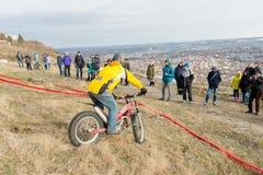 PJATIGORSK, RUSSIA - 26 NOVEMBRE 2017: Motociclo La corsa decisiva La tazza del nord di Caucaso sulla prova di moto Uno del Fotografia Stock