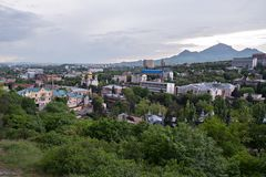 Pjatigorsk Vista della cattedra della citt? e del salvatore di sera fotografia stock