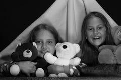 PJspartij voor kinderen Kinderen en het concept van de prettijd: vrienden die pret met speelgoed hebben Royalty-vrije Stock Foto's
