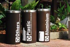 Plástico, alumínio e outros escaninhos de reciclagem Fotos de Stock Royalty Free