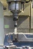 Plástico blanco cortado CNC de la fresadora Fotografía de archivo libre de regalías