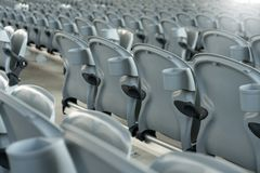Plástico branco que dobra assentos vermelhos vazios no concerto ou no estádio de futebol Fotografia de Stock