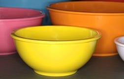 Plástico colorido que cocina los tazones de fuente Imágenes de archivo libres de regalías