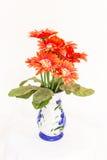 Plástico da flor no vaso isolado Fotografia de Stock