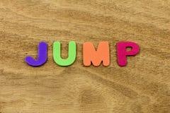 Plástico de salto de las letras de los niños del niño del tiempo de la diversión del juego del salto imagenes de archivo