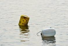 Plástico do galão na superfície da água imagens de stock royalty free