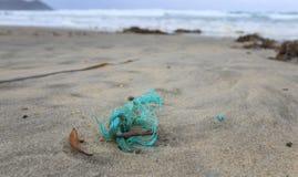 Plástico en la playa del sur remota de la bahía del cabo en Tasmania meridional imagen de archivo