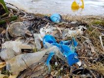 Plástico pelo oceano em uma praia fotos de stock royalty free