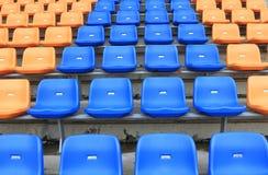 Plástico, sillas en estadio. Foto de archivo libre de regalías