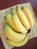 Plátano amarillo maduro en estera de mimbre Fotografía de archivo libre de regalías