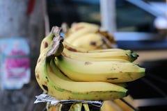 Plátano colocado en fila en venta fotografía de archivo