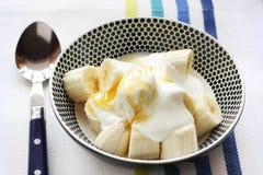 Plátano con el yogur y la miel Imagenes de archivo